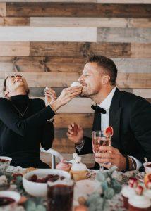 pareja comiendo juntos mientras se rien