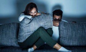 pareja ansiosa viendo serie