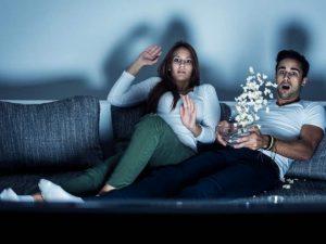 pareja viendo película de terror