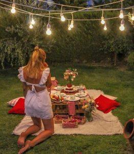 chica en picnic de noche